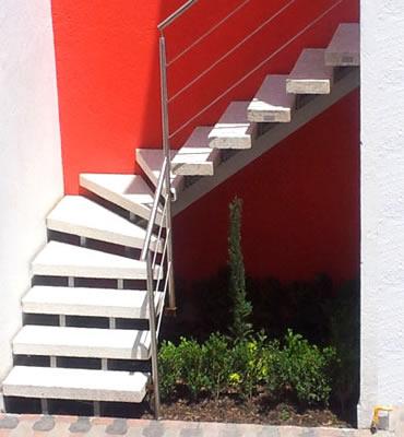 Escaleras precoladas y barandales inoxidables for Escaleras de caracol prefabricadas